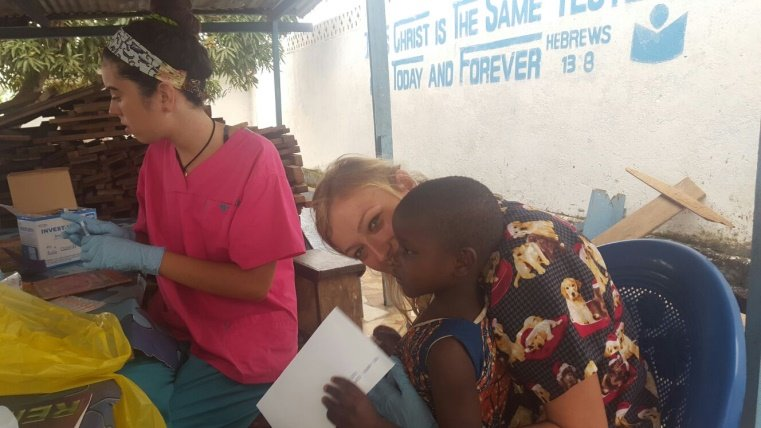 Medicine Volunteer in Ghana working in a hospital together with children and their mothers.